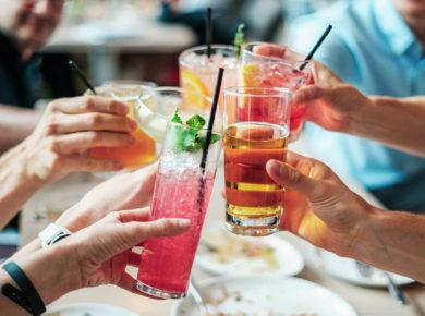 Eine Gruppe Leute stößt mit Drinks und Cocktails an